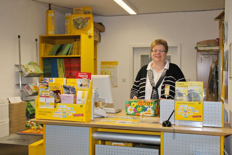 Andrea Weiß hinter ihrem Postschalter